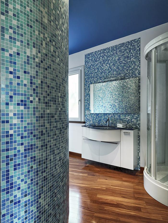 Mozaika szklana na ścianie - jak ją ułożyć?